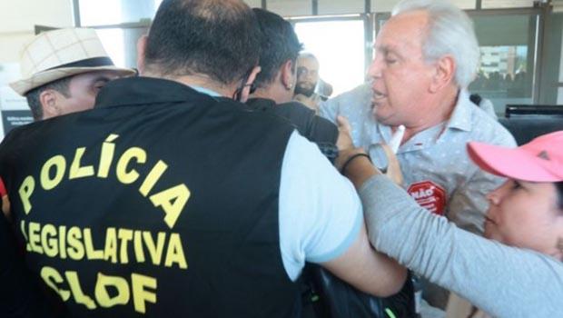 Suspensão de votação causa conflitos e presidente da Câmara sugere acabar com Legislativo