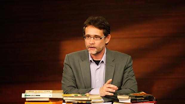 """""""Do ponto de vista da escrita ensaística, este é meu livro mais arriscado e radical"""", diz João Cezar de Castro Rocha"""