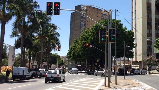 Semáforos em Goiânia custam até 100% mais que em São Paulo, denuncia vereador
