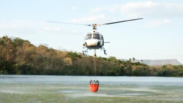 Helicóptero da SSP atua  no combate a incêndio