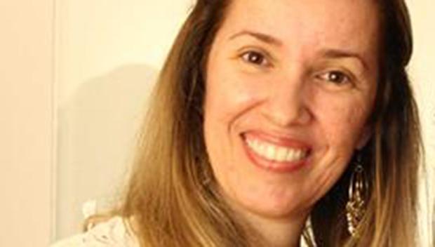 """Em livro bilíngüe, escritora goiana despe-se, """"lambe as palavras"""" e faz """"ménage"""" com a literatura"""