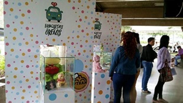 Brinquedos de crianças vítimas de acidentes de trânsito são expostos em mostra