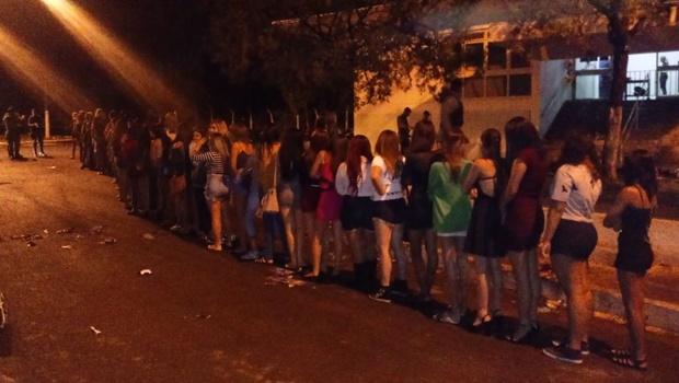 PM fecha festa regada a drogas com dezenas de adolescentes em Goiânia