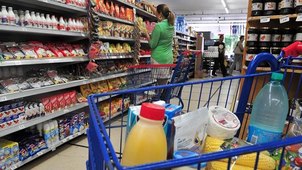 Mesa Brasil Sesc e Carrefour distribuem vales-alimentação para famílias goianas