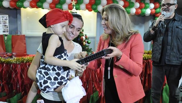 Valéria Perillo participa de festa natalina do Araújo Jorge