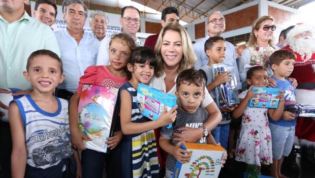 Valéria Perillo entrega brinquedos da OVG em Trindade
