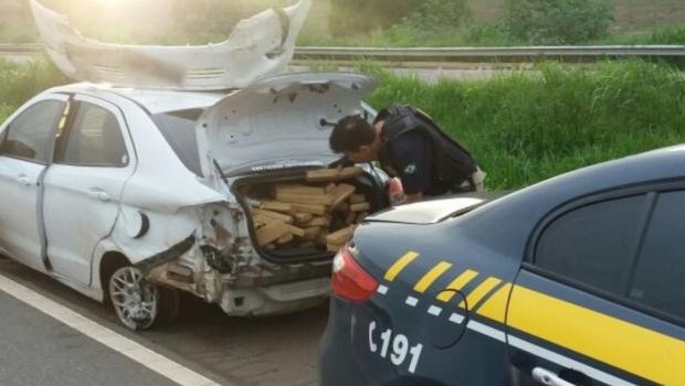 Após acidente, carro é abandonado com 420 kg de maconha na BR-060