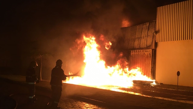 Incêndio destrói parte de fábrica no Distrito Agroindustrial de Anápolis