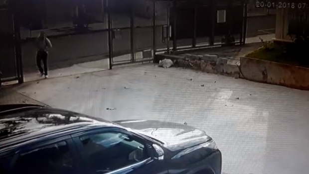 Vídeo flagra momento em que ladrão rouba carro em Goiânia