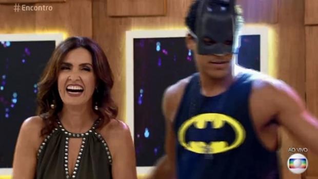 Fátima vira piada no próprio programa por fotos com namorado
