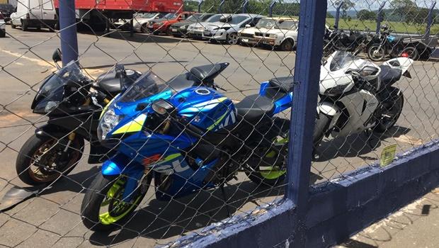 """PRF prende motociclistas flagrados fazendo """"racha"""" em Morrinhos"""