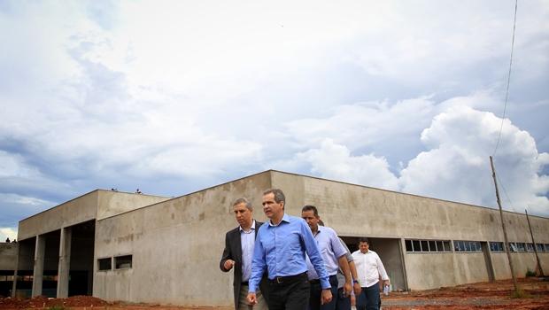 Zé Eliton vistoria obras de hospital de Posse, construído em parceria com governo