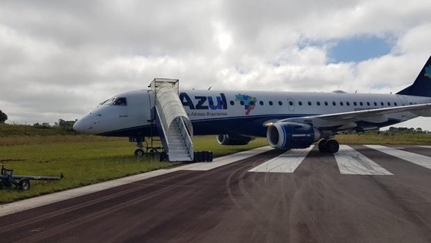 Avião sai da pista e acaba atolado em aeroporto. Veja vídeo