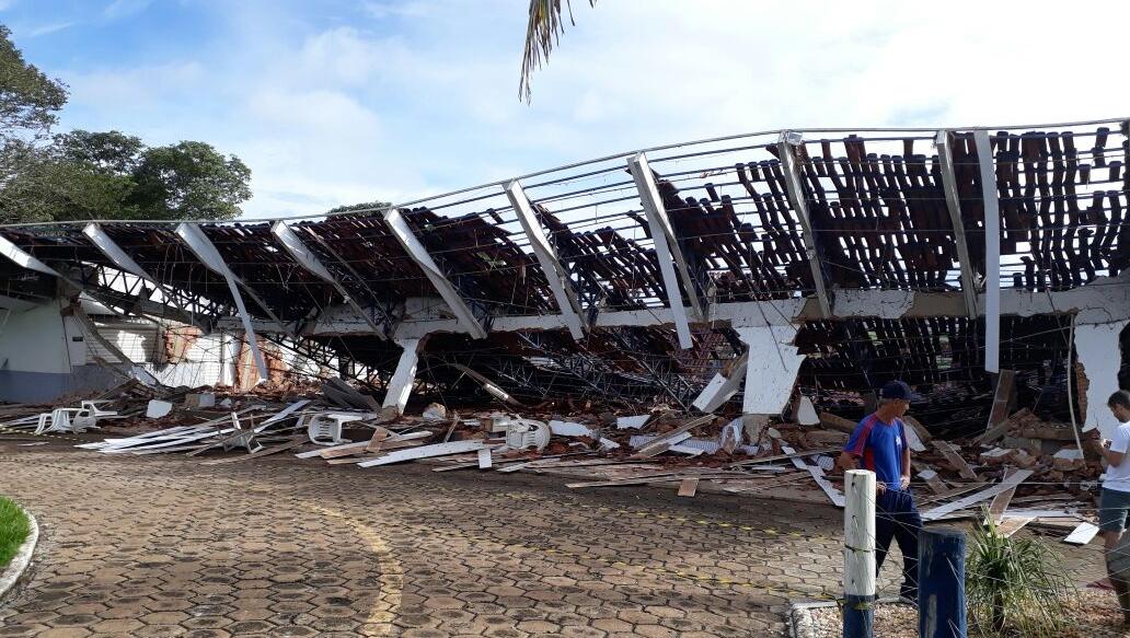 Cobertura de prédio desaba em Itapuranga, no interior de Goiás