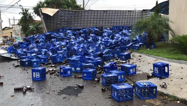 Caminhão carregado de cerveja tomba no Jardim Novo Mundo