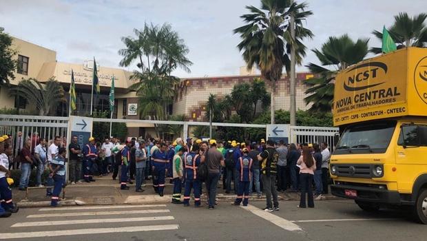 Com indicativo de greve, servidores de Goiânia realizam protesto na Câmara