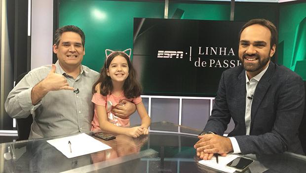 """Filha de comentarista da ESPN """"invade"""" estúdio do programa """"Linha de Passe"""""""