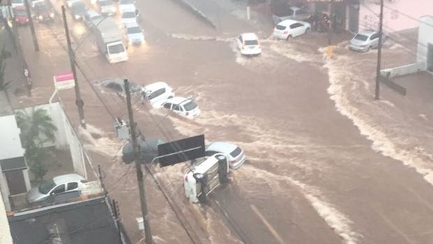 Chuva forte alaga ruas, causa danos e surpreende goianienses