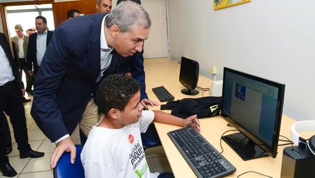 José Eliton implementa políticas para combater evasão escolar em Goiás