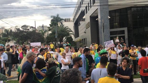 """Aos gritos de """"Lula ladrão"""", manifestantes protestam contra ex-presidente em Goiânia"""