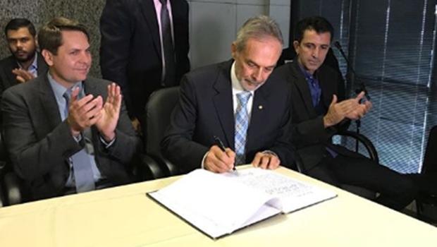 Novo secretário de governo de Iris toma posse com desafio de reverter crise com a Câmara