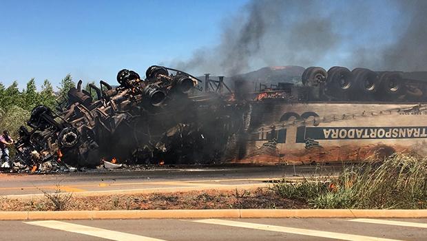 Motorista morre carbonizado em grave acidente na BR-080