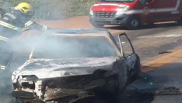 Carro pega fogo depois de acidente na GO-222
