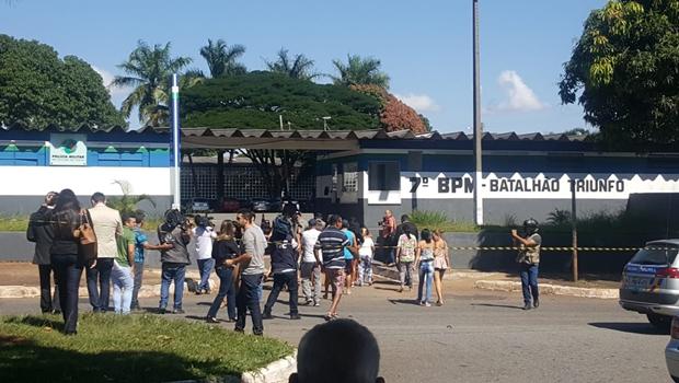 Após incêndio que deixou 9 mortos, familiares já se reúnem em frente ao 7º BPM