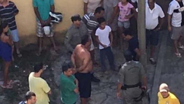 Homem é preso em poste por moradores após agredir e ameaçar ex-namorada em Goiânia