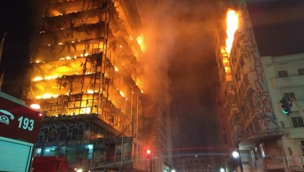 Prédio ocupado desaba durante incêndio em São Paulo