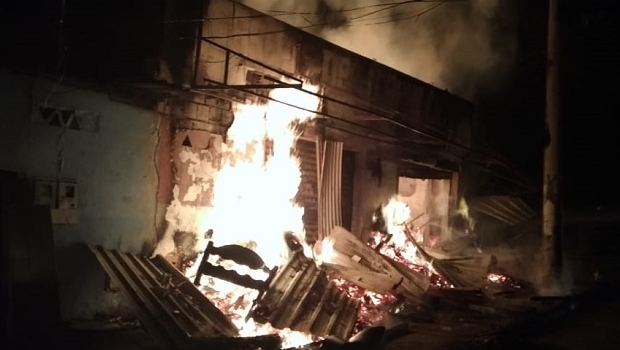 Incêndio destrói marcenaria durante a madrugada em Goiânia