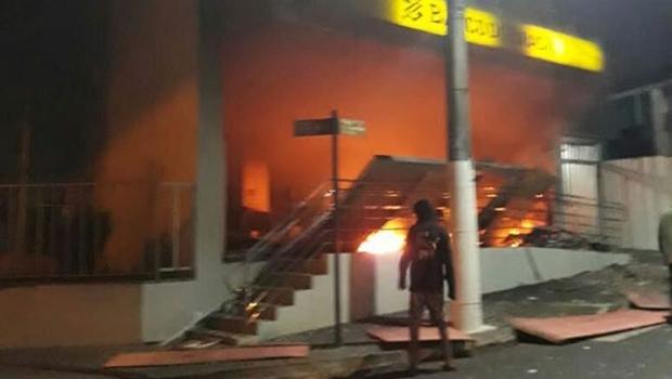 Assaltantes explodem bancos, correios e joalheria em Ipameri