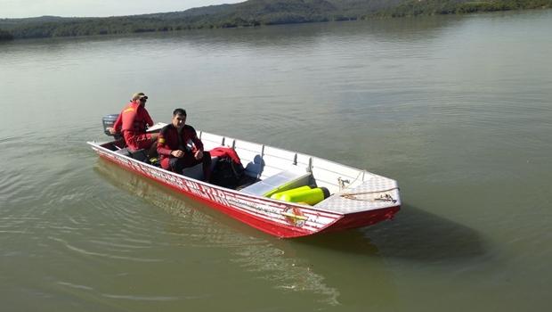 Bombeiros procuram homem que desapareceu após cair no Lago Corumbá