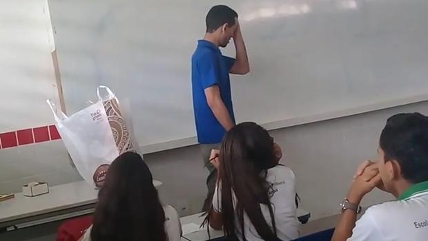 Professor com salários atrasados se emociona com vaquinha feita por alunos. Veja vídeo