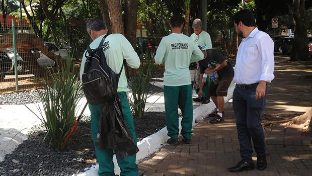 Detentos começam a trabalhar em parques de Goiânia para projeto de ressocialização