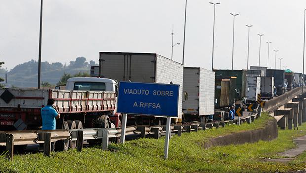 Rodovias goianas começam a ser liberadas após nove dias de greve