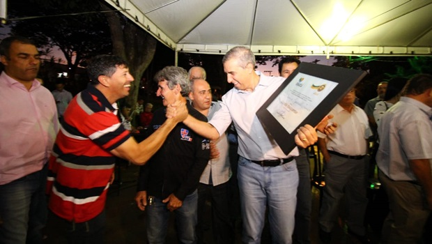 Em Itauçu, José Eliton recebe homenagens e entrega benefícios