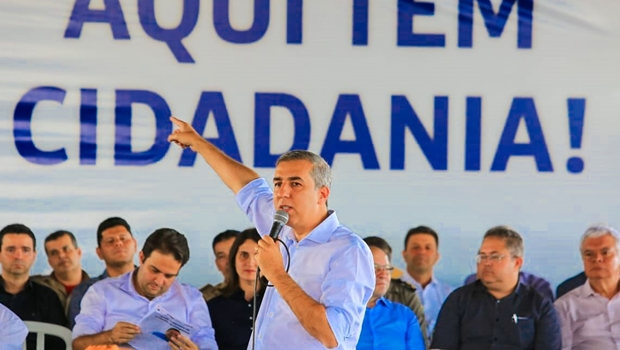 Em Anápolis, José Eliton entrega novos cartões do Renda Cidadã