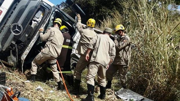 Caminhão capota e motorista fica preso às ferragens na BR-020