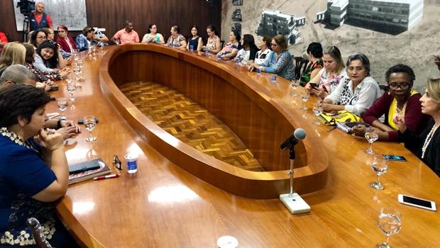 José Eliton anuncia pagamento de piso salarial de professores para agosto