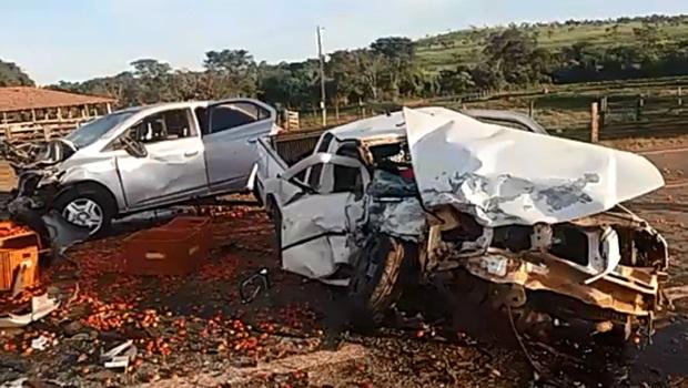 Colisão frontal entre dois veículos deixa três pessoas feridas na BR-414, em Corumbá
