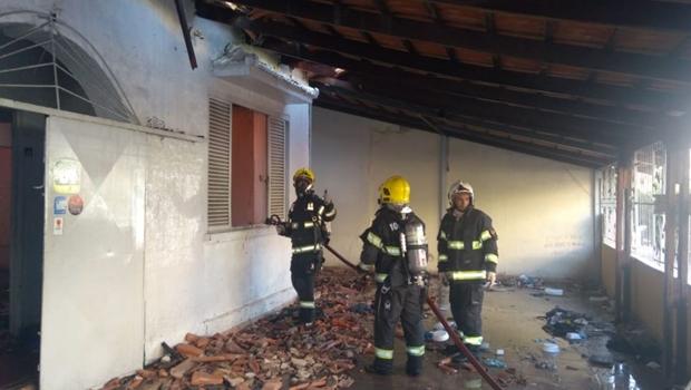 Incêndio atinge casarão abandonado que servia de abrigo para moradores de rua em Goiânia