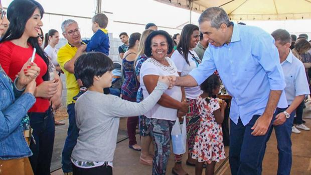 Governo de Goiás entrega escrituras do Residencial Porto Dourado a moradores em Goiânia