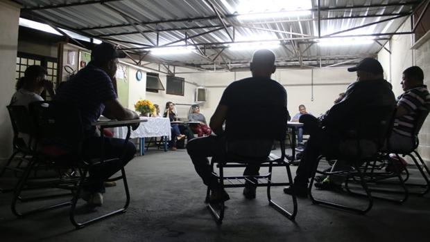Condenados por violência doméstica recebem certificados de grupo reflexivo em Goiás