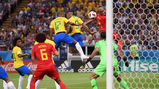 Brasil sofre para encontrar espaço e perde por 2 a 0 no primeiro tempo