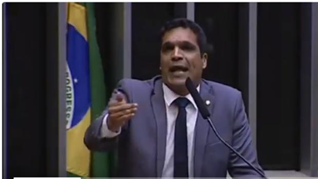 Em plenário, deputado federal do RJ profetiza cura de colega cadeirante