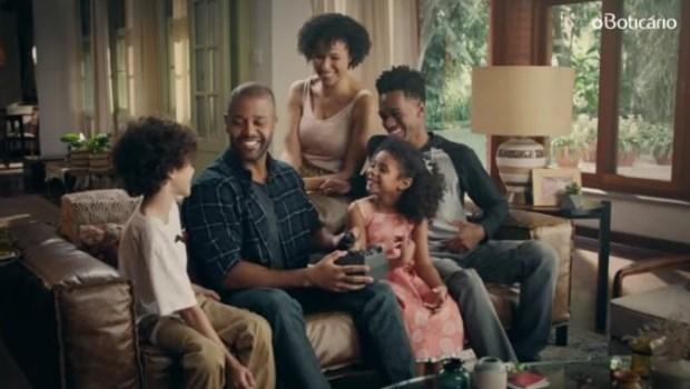 """O Boticário faz campanha com família negra e é acusada de """"racismo"""""""