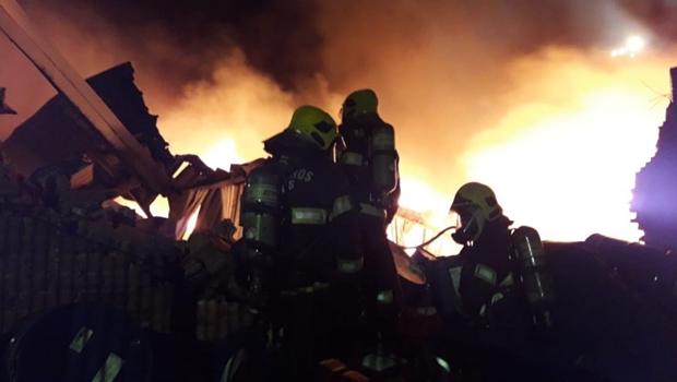 Incêndio de grande porte destrói depósito de recicláveis em Goiânia