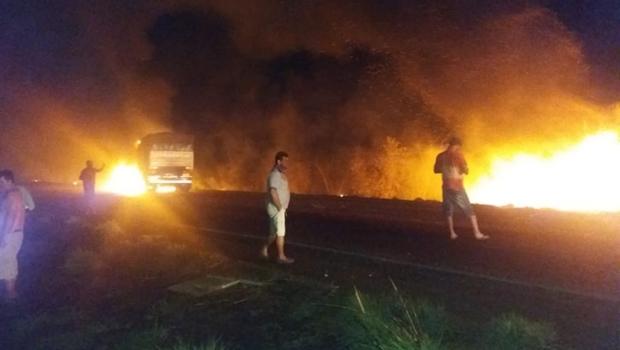 Colisão entre carretas provoca grande incêndio e interdita BR em Goiás