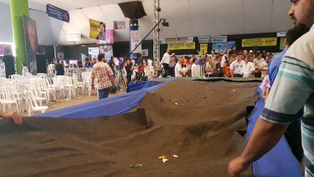 Palco desaba durante convenção do DEM em Goiás